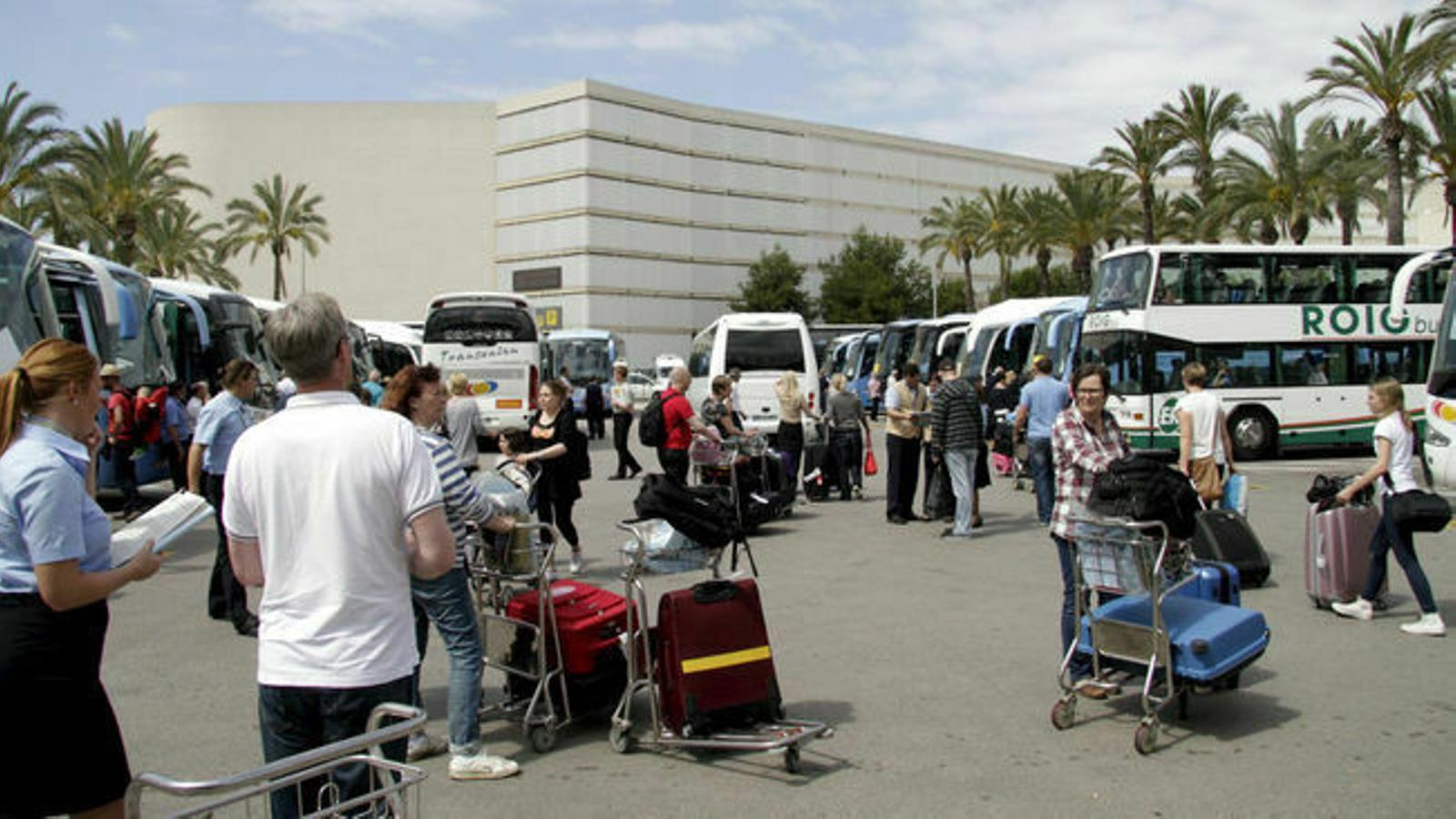 Passatgers a l'aeroport de Son Sant Joan. / ARA BALEARS