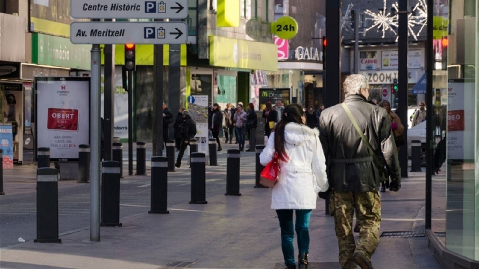 Gent passejant per l'avinguda Meritxell. / ANA