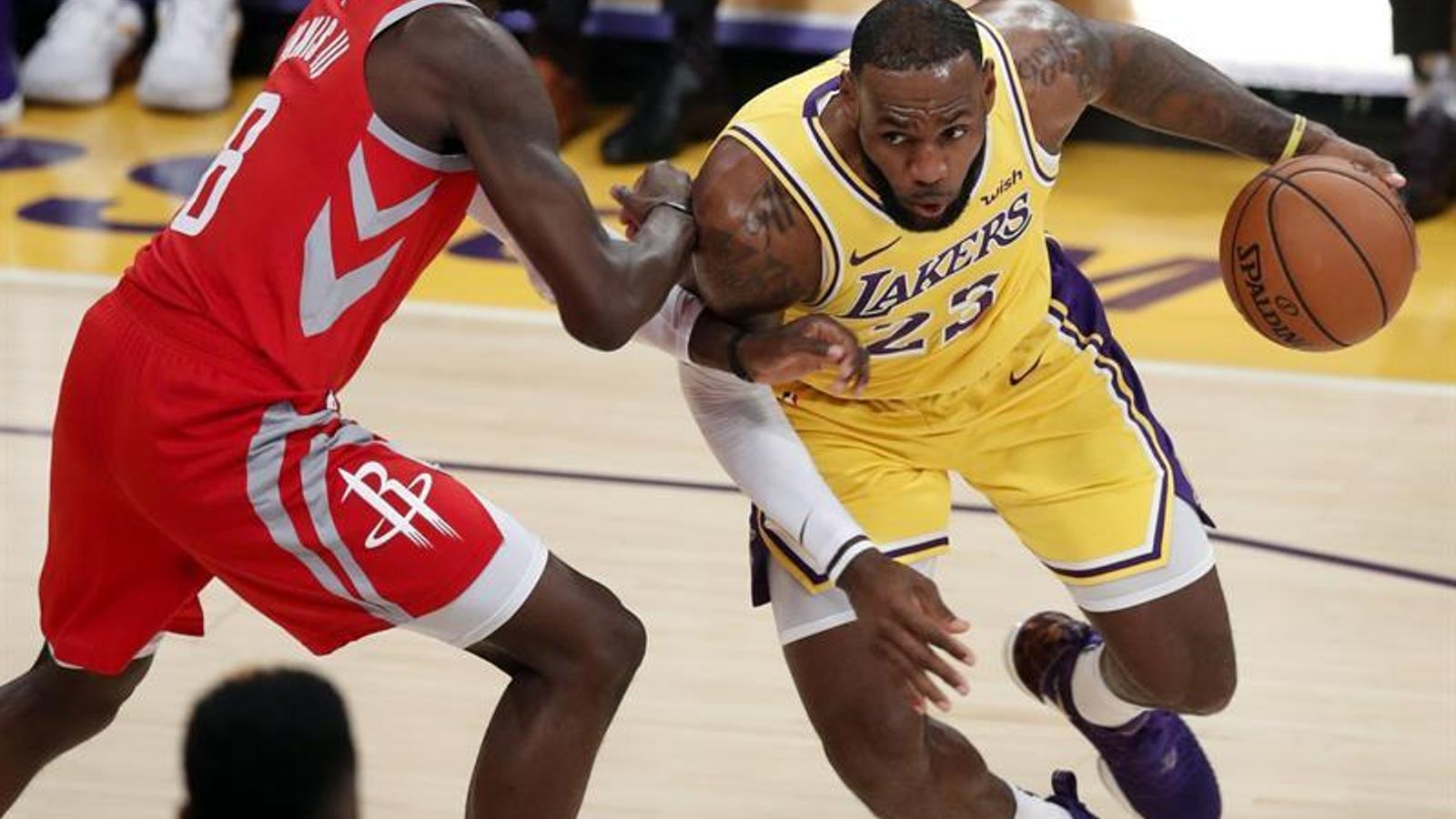 El debut de LeBron James a l'Staples acaba amb una baralla amb cops de puny