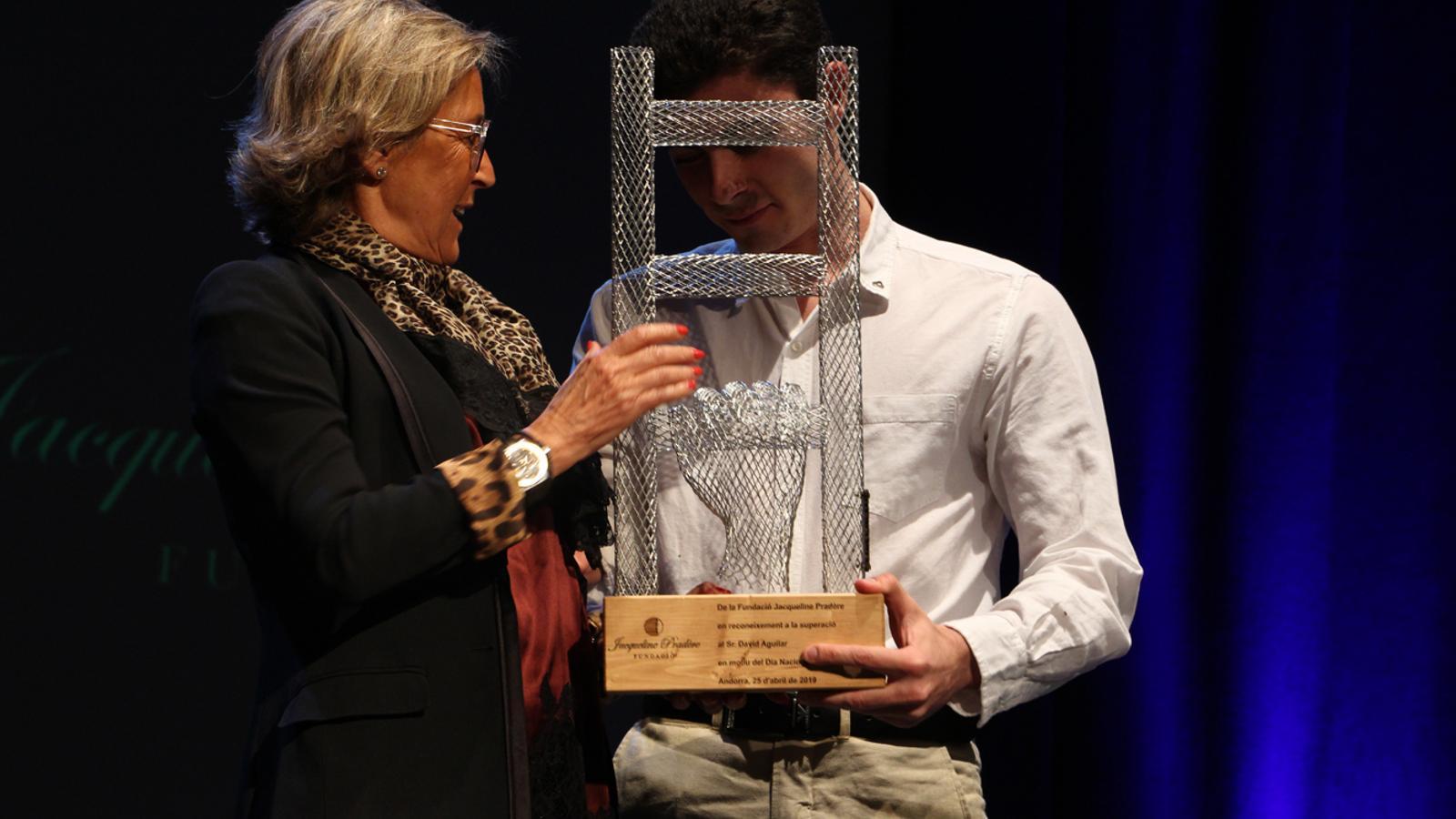David Aguilar rep el primer premi Fundació Jacqueline Pradère. / T. N. (ANA)