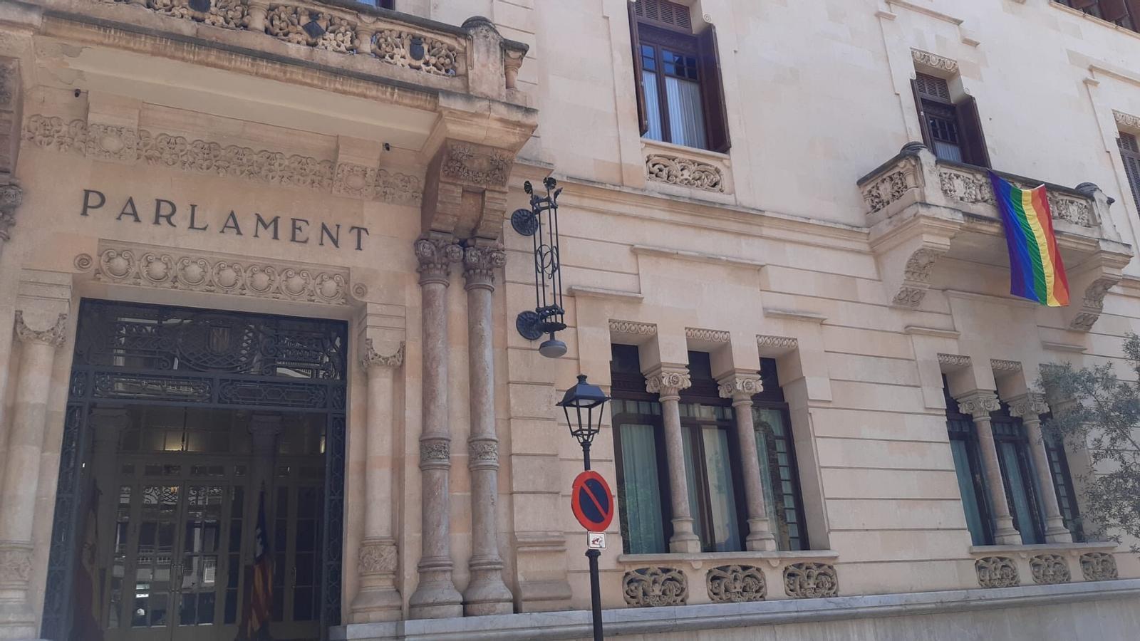 La bandera LGTBI de la façana del Parlament balear