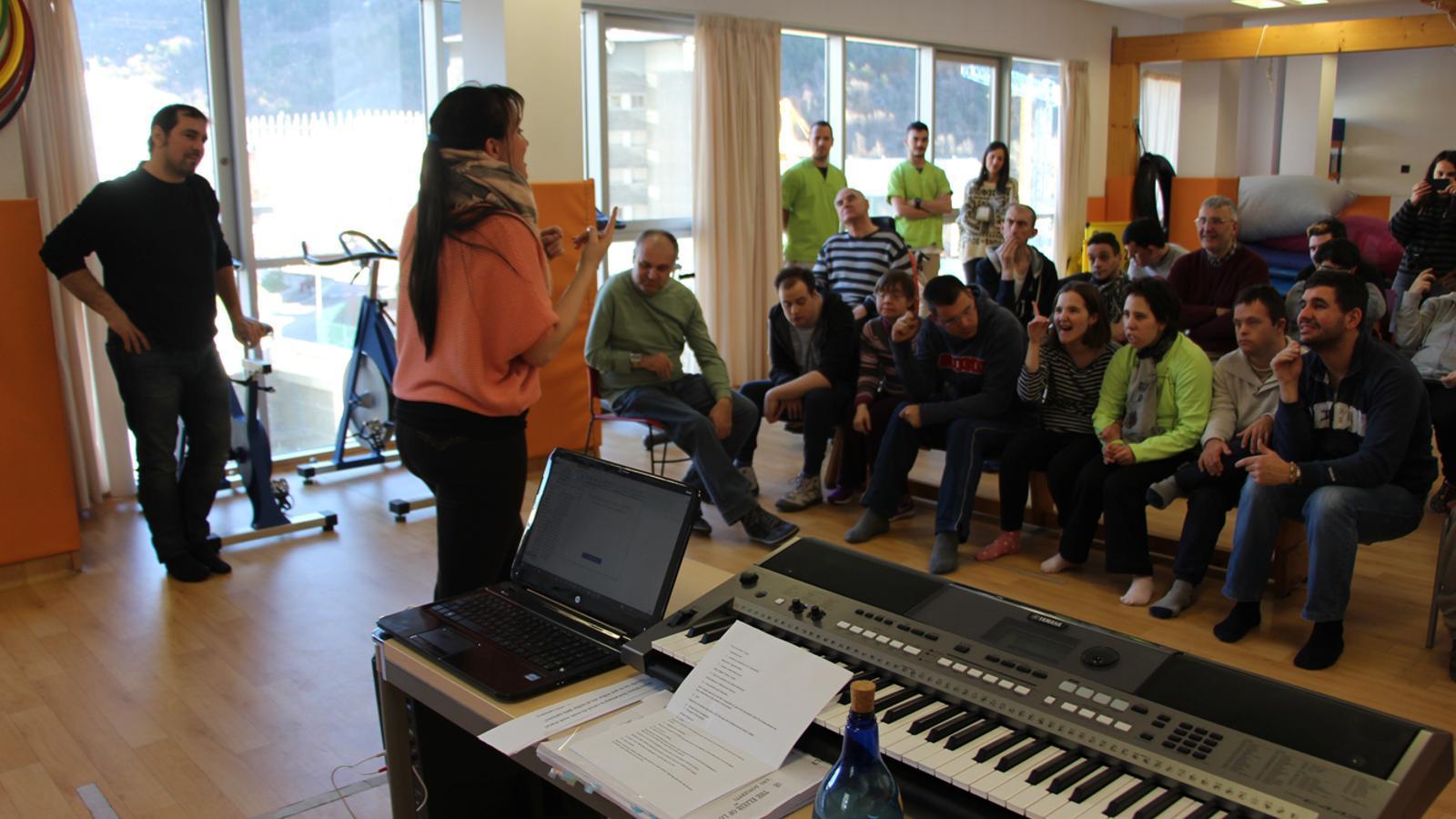 Un moment del taller d'òpera que la soprano Jonaina Salvador ha realitzat als usuaris del taller de música de l'EENSM. / L. M. (ANA)