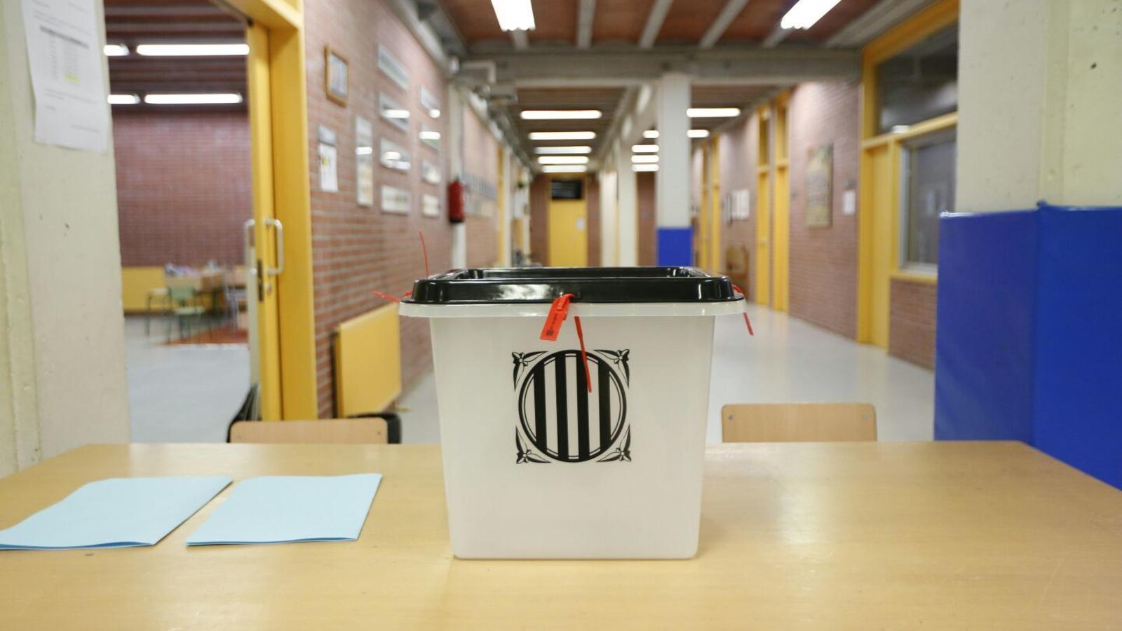 Urnes, paperetes, i cues per votar: els col·legis electorals comencen a prendre forma
