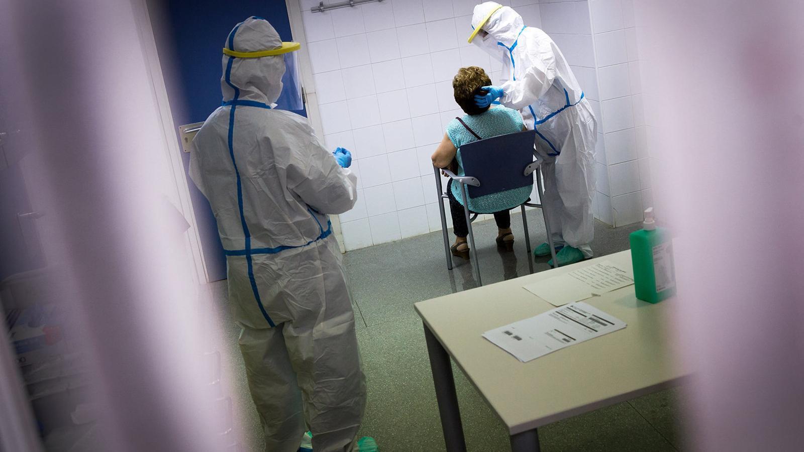 Infermeres fent una PCR al CAP Gòtic de Barcelona.