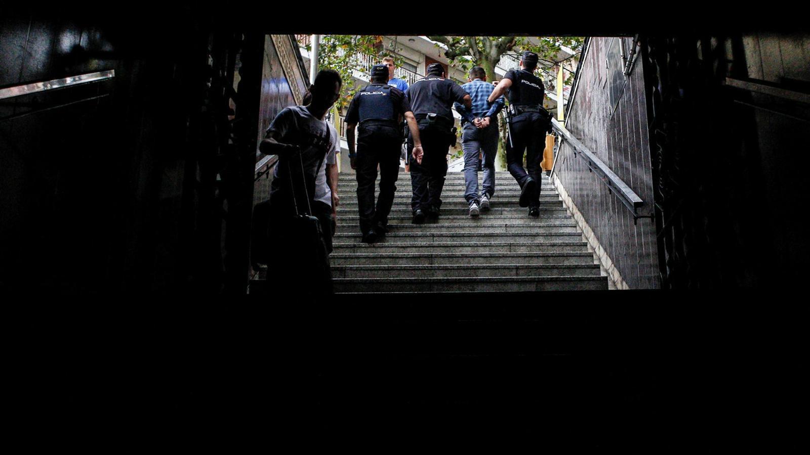 Cop policial als carteristes del metro de Barcelona amb la llei d'estrangeria