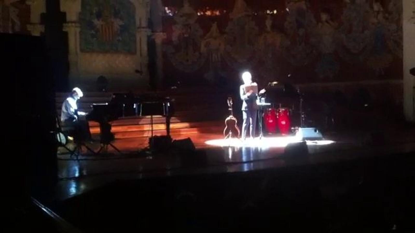 Joan Baez cantant 'Viatge a Ítaca' al Palau de la Música