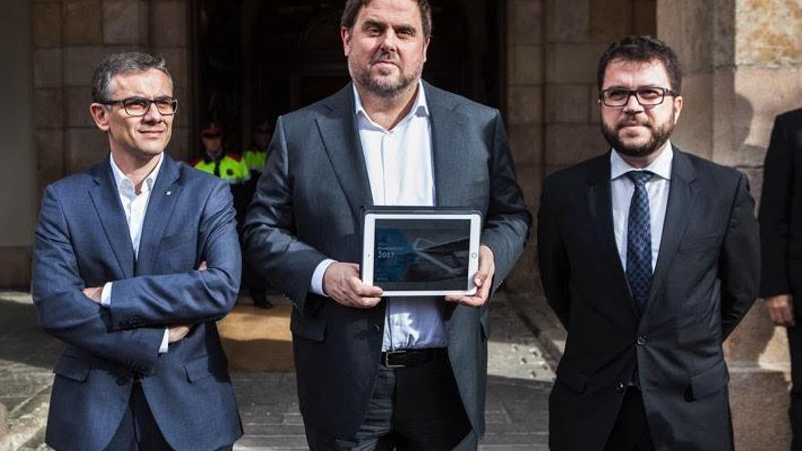 Oriol Junqueras, Josep Maria Jové i Pere Aragonès, instants abans de lliurar els pressupostos a la presidenta del Parlament