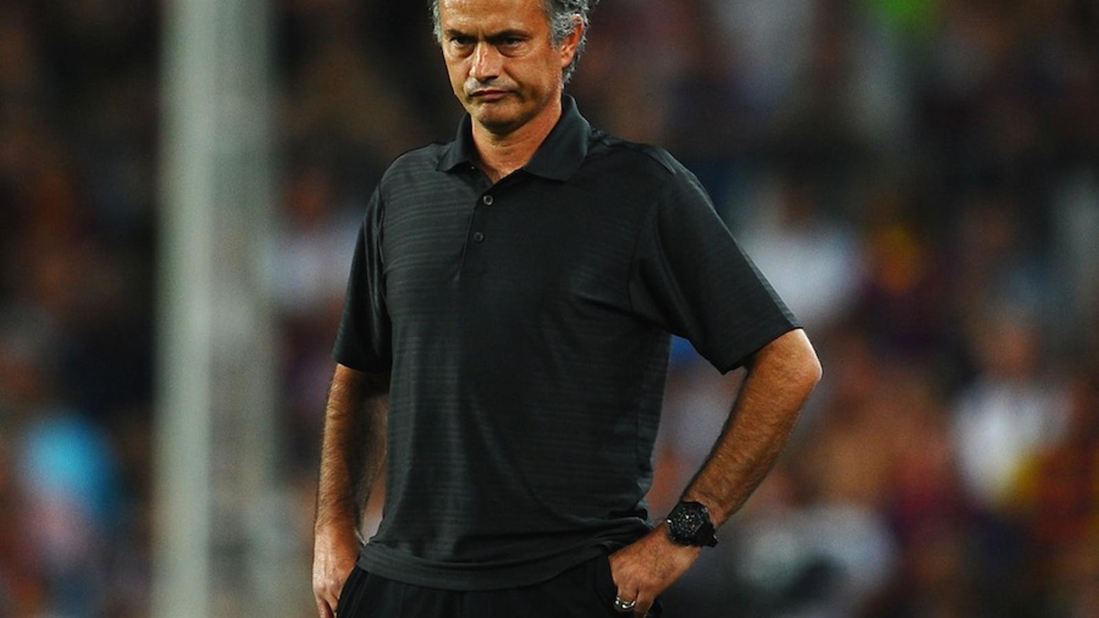 Mourinho, a la banda del Camp Nou / REUTERS