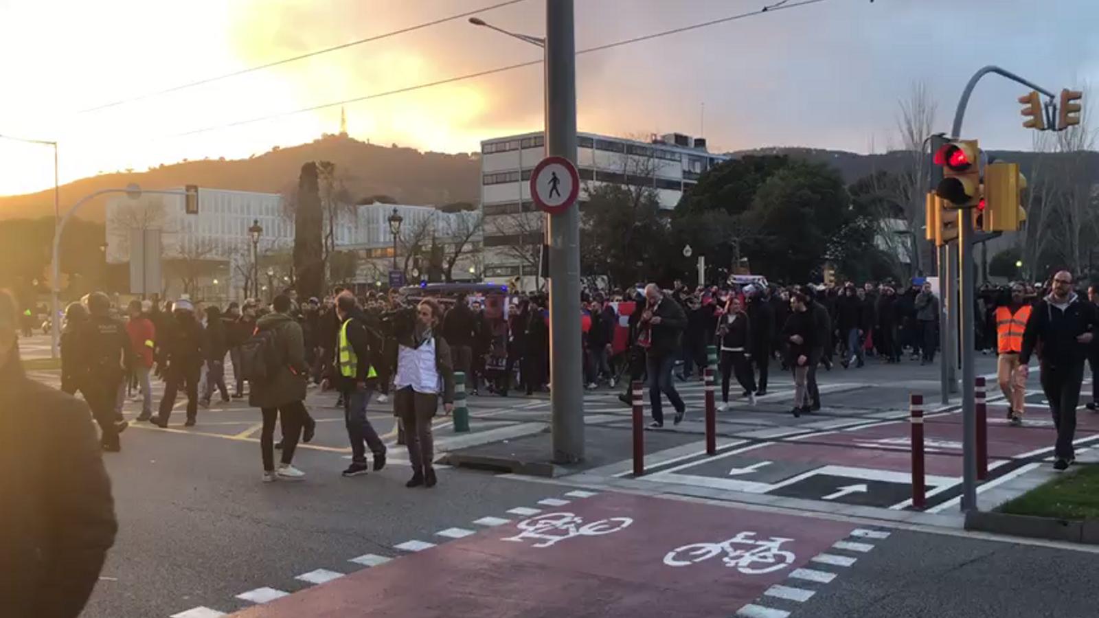 Els ultres de l'Olympique de Lió, camí del Camp Nou