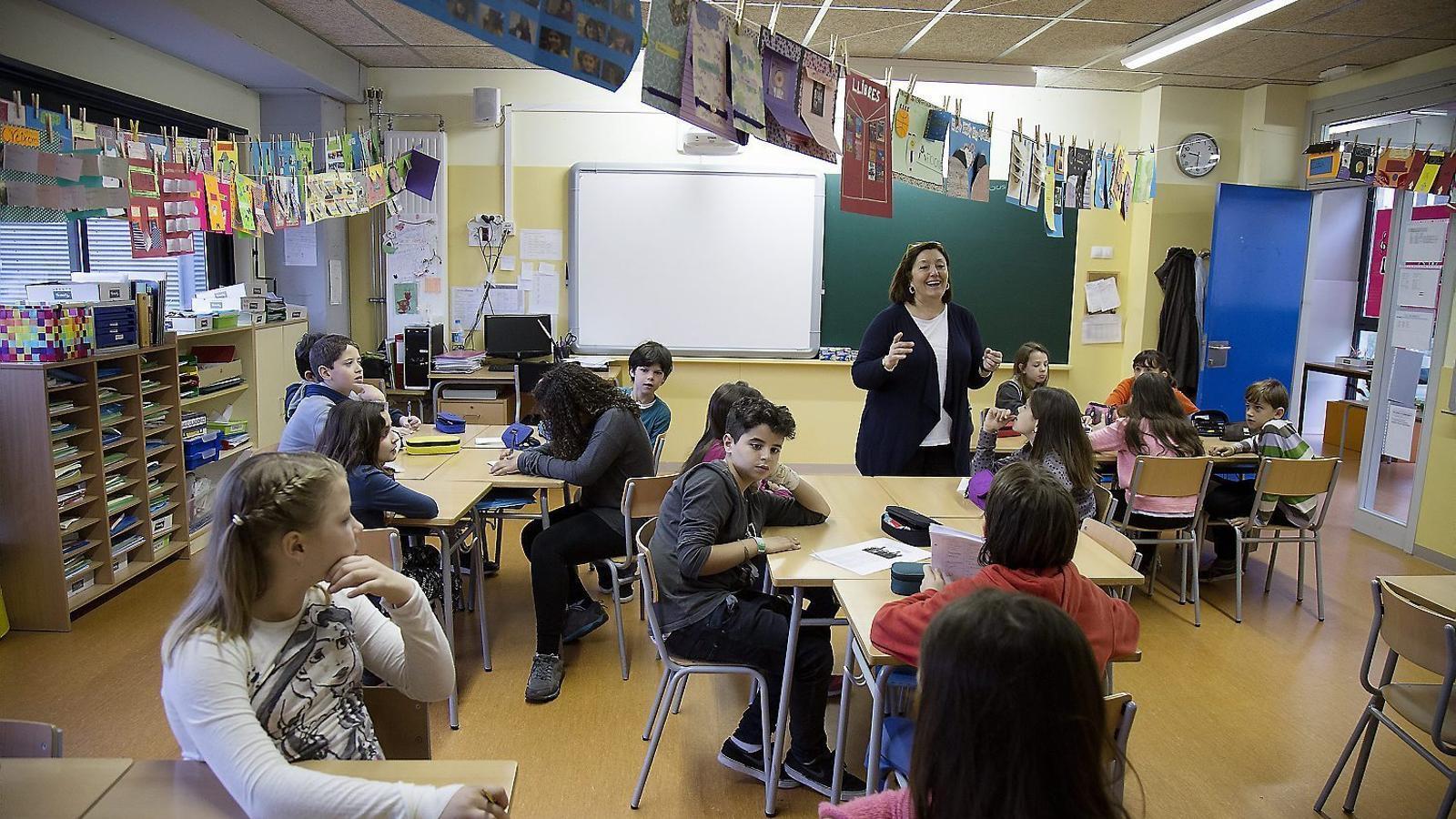Alumnes de l'Escola Fructuós Gelabert (Barcelona) durant una classe.