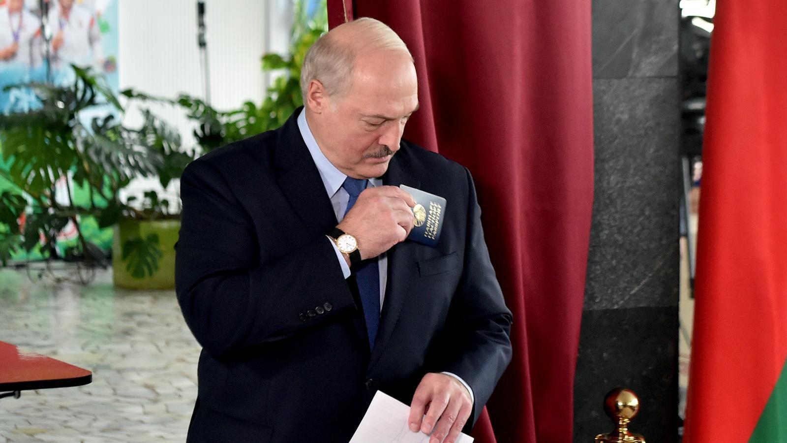 El president de Bielorrússia Lukaixenko mentre votava en un col·legi electoral de Minsk.