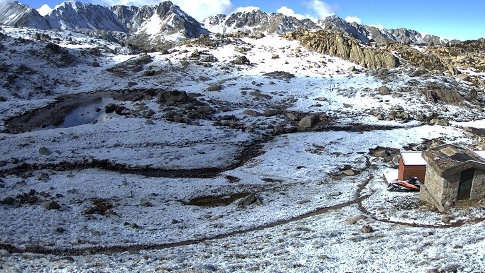 El terreny s'ha tenyit de blanc per la caiguda de la neu. / SERVEI METEOROLÒGIC D'ANDORRA