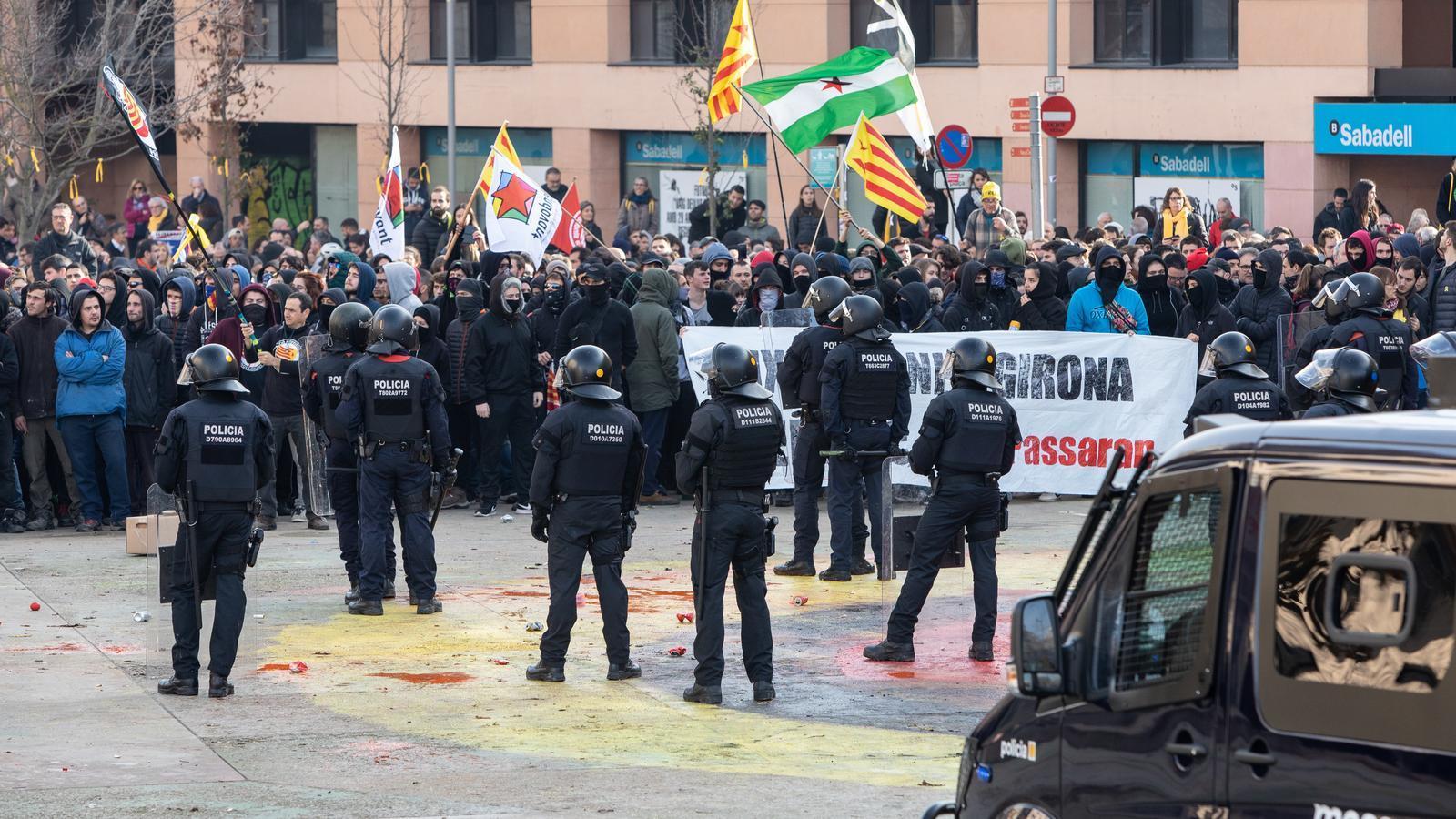 Els sindicats dels Mossos demanen la dimissió de Buch per no defensar els agents