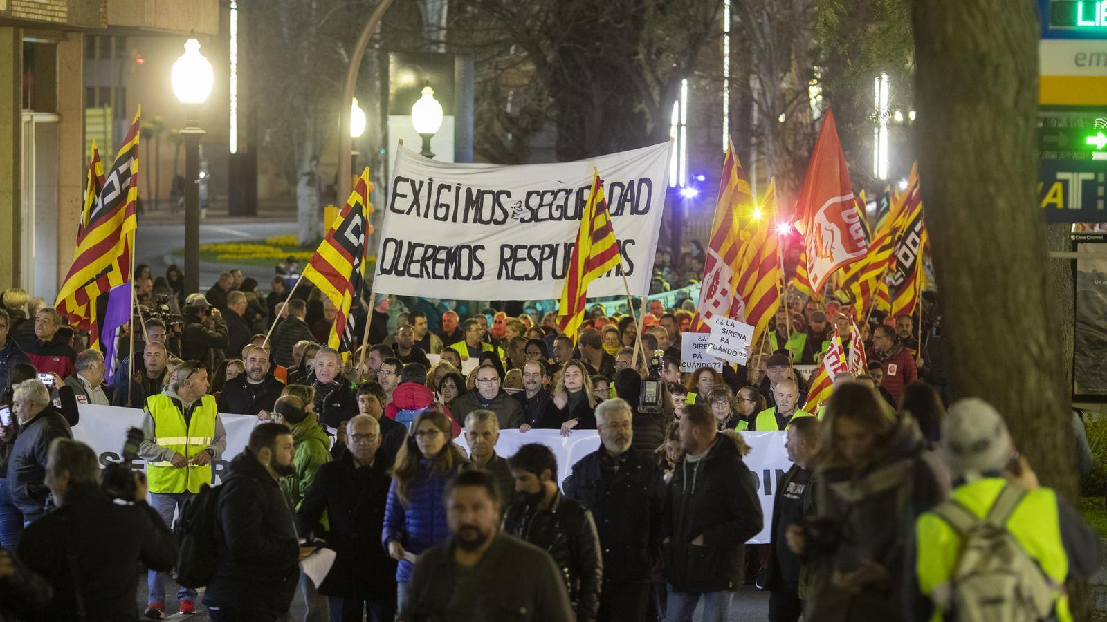 Una vaga total i una protesta aigualida reclamen més seguretat a la química