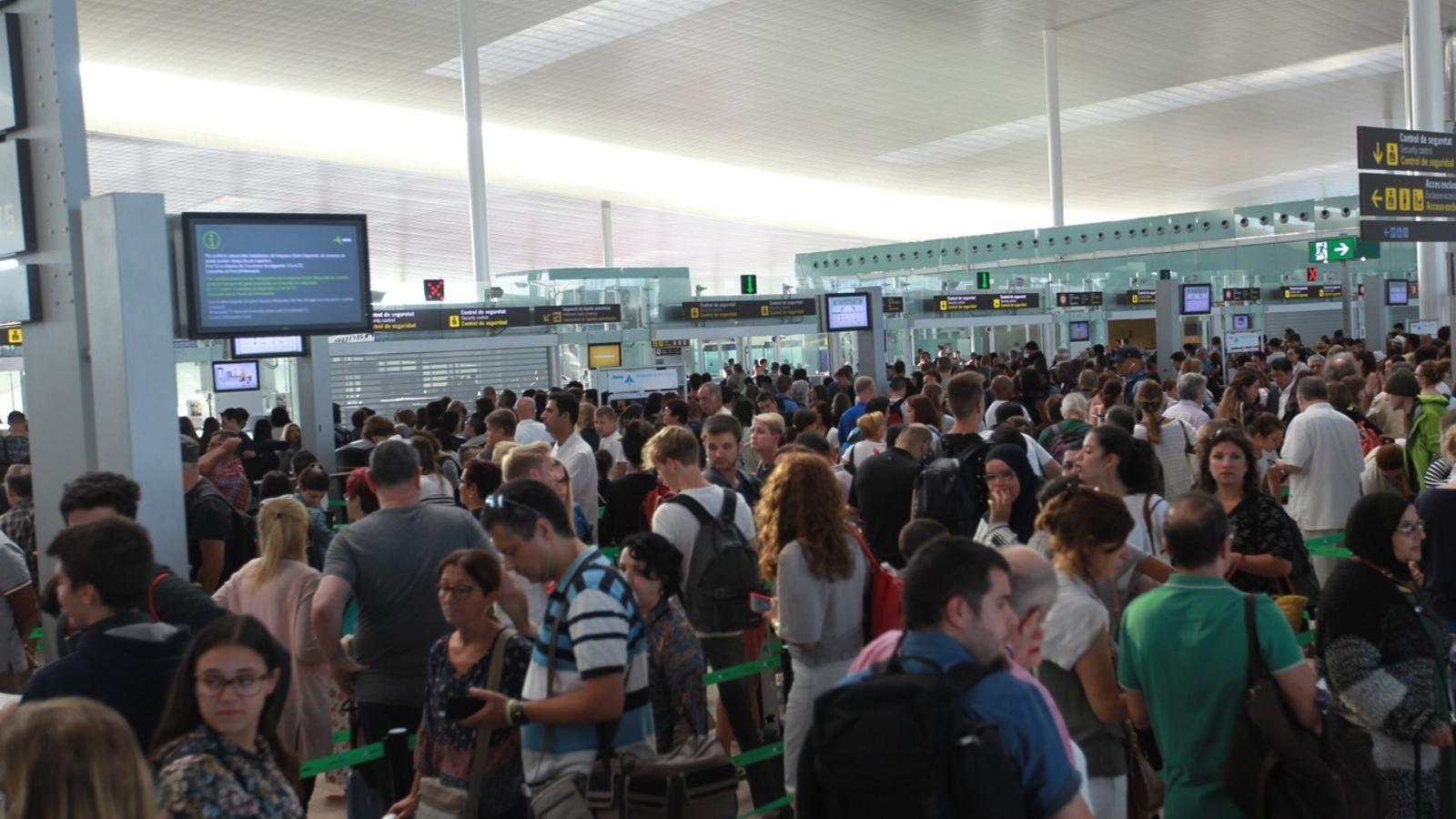 El Prat continua per quart dia amb llargues cues als controls de seguretat