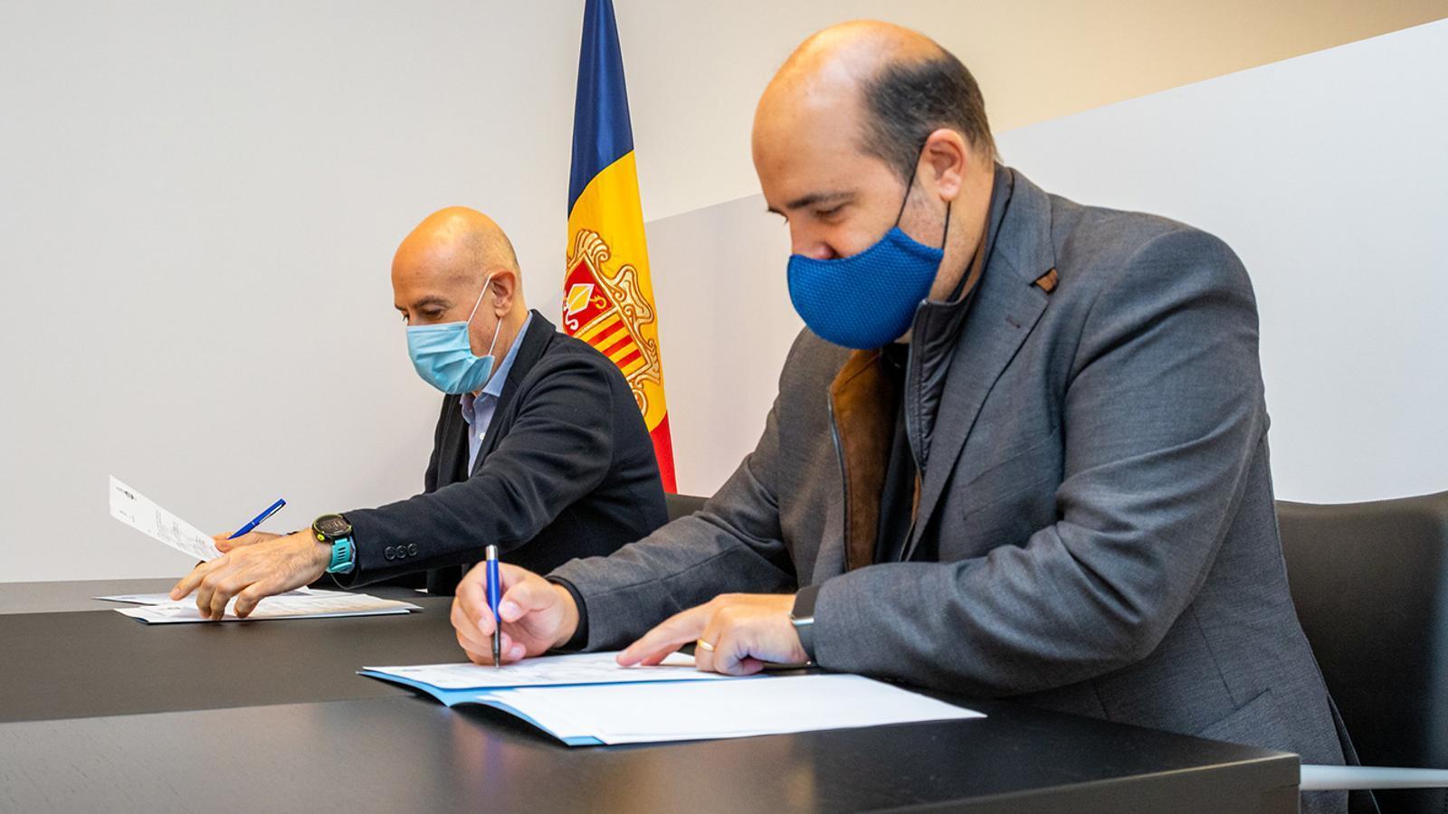 El president del BC MoraBanc Andorra, Gorka Aixàs, i el cònsol menor del comú d'Escaldes-Engordany, Joaquim Dolsa, durant la signatura del conveni. / COMÚ D'ESCALDES-ENGORDANY
