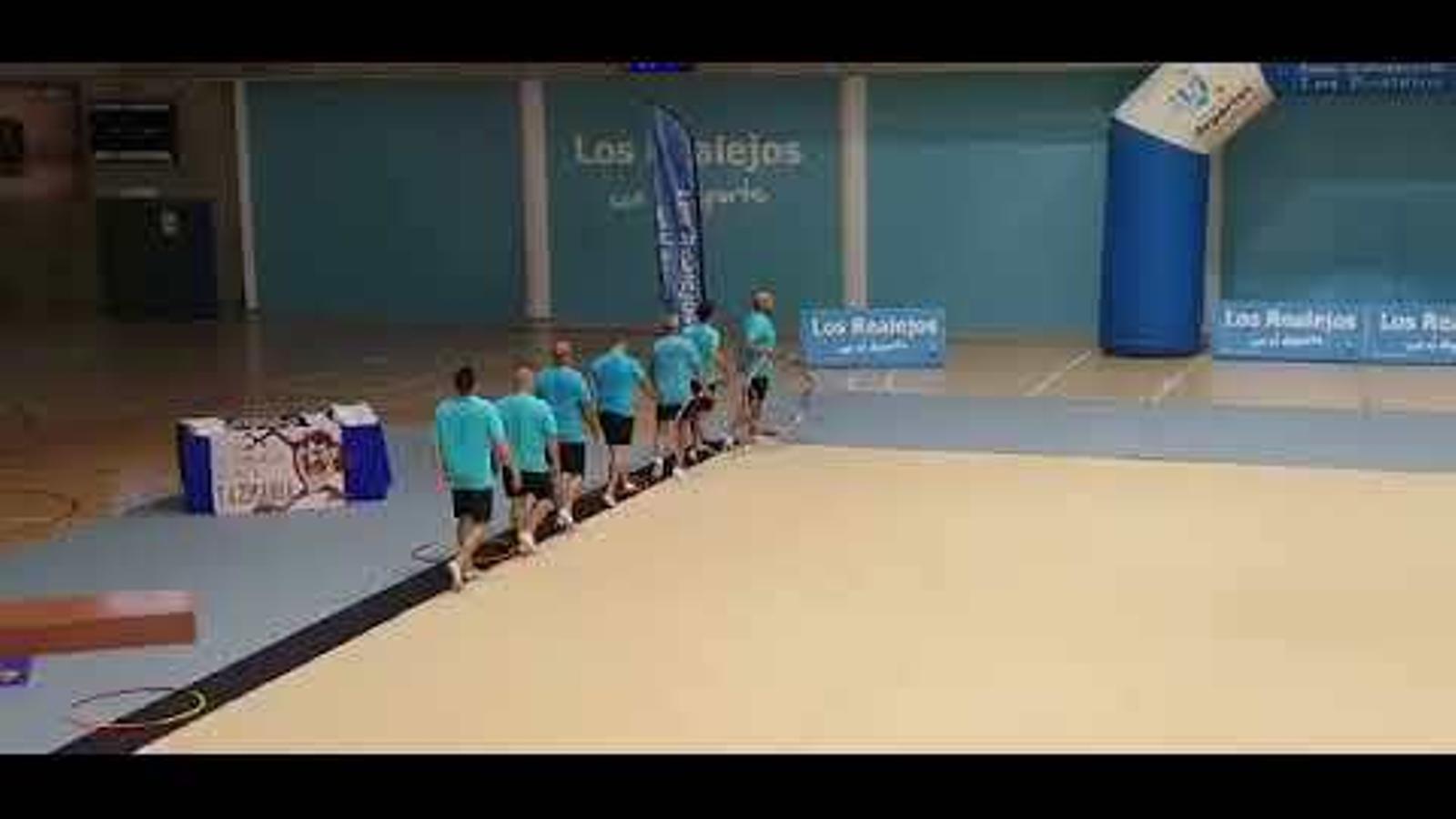 Els pares fent excercicis de gimnàstica rítmica per les seves filles