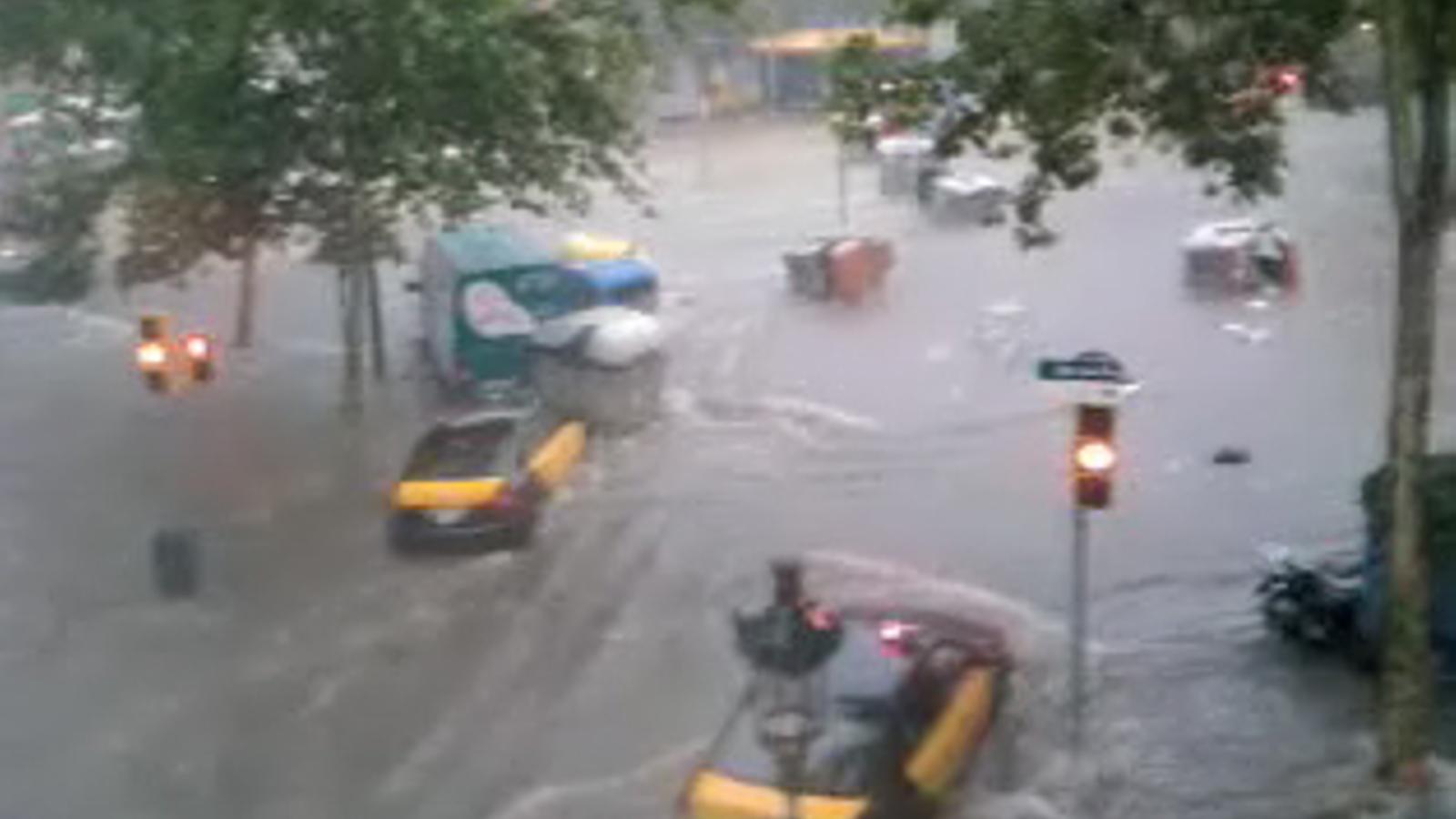 Imatges de l'aiguat a l'avinguda Paral·lel de Barcelona