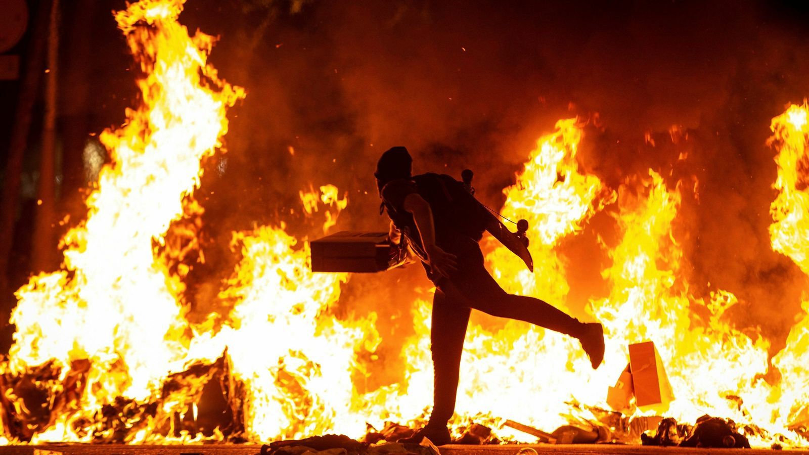 La segona jornada de disturbis a Catalunya se salda amb 125 ferits i 31 detinguts