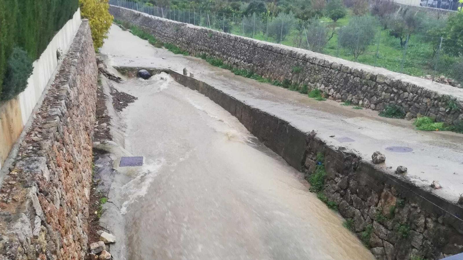 Sis torrents desbordats i 150 incidents per les fortes pluges a les Illes Balears