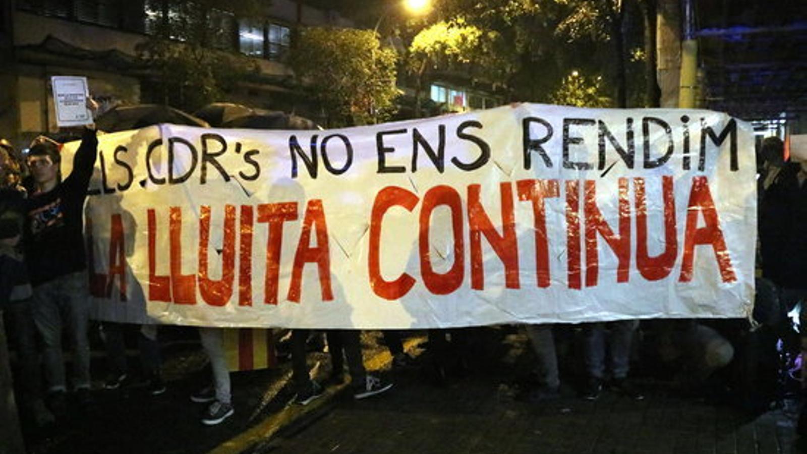 """Els CDR es concentren davant de les seus d'ERC i PDECat al crit de """"botiflers"""""""