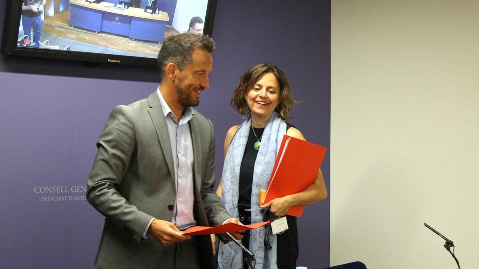El president i la presidenta suplent del grup parlamentari socialdemòcrata, Pere López i Rosa Gili, moments abans de la roda de premsa. / M. F.