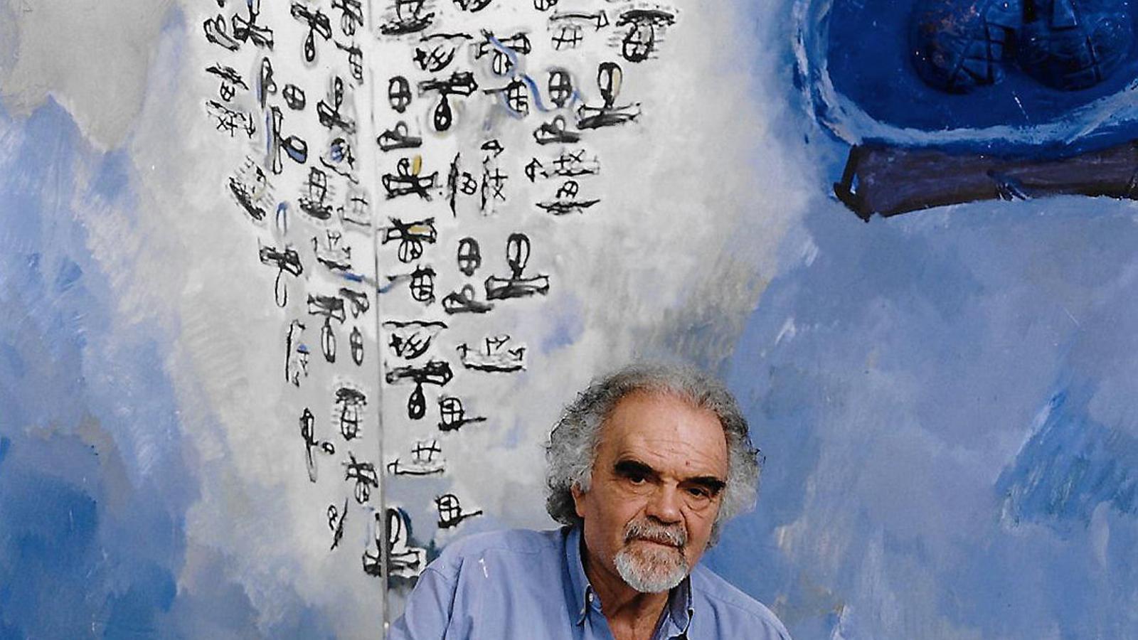Josep Guinovart assegut davant l'obra Memòria del blau.