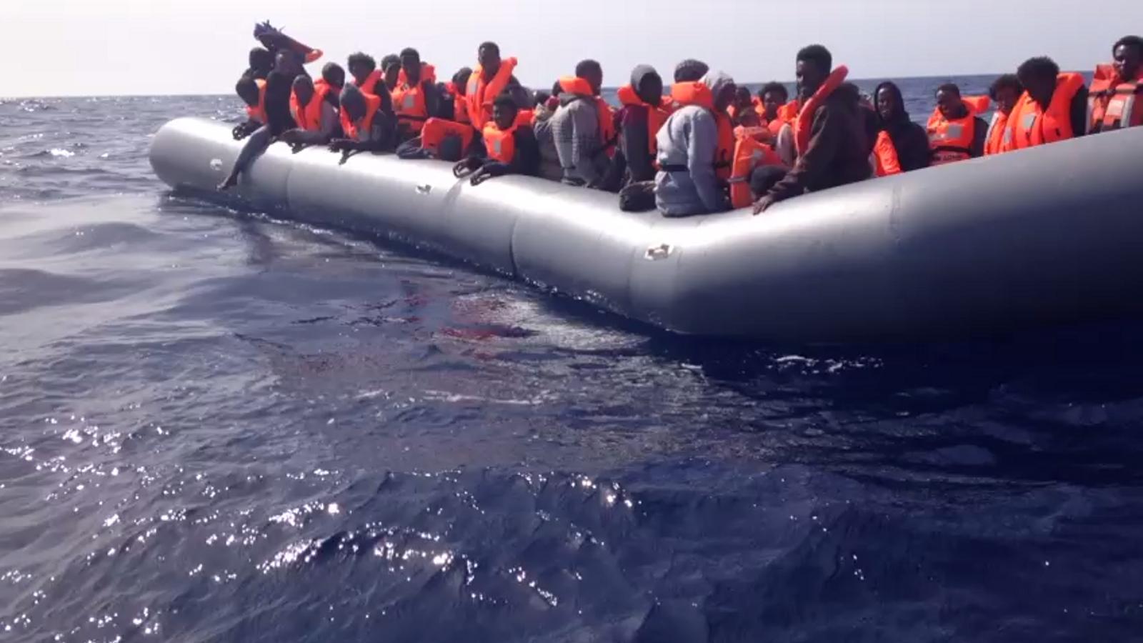 Els voluntaris d'Open Arms s'apropen a una barcassa a la deriva per efectuar un rescat