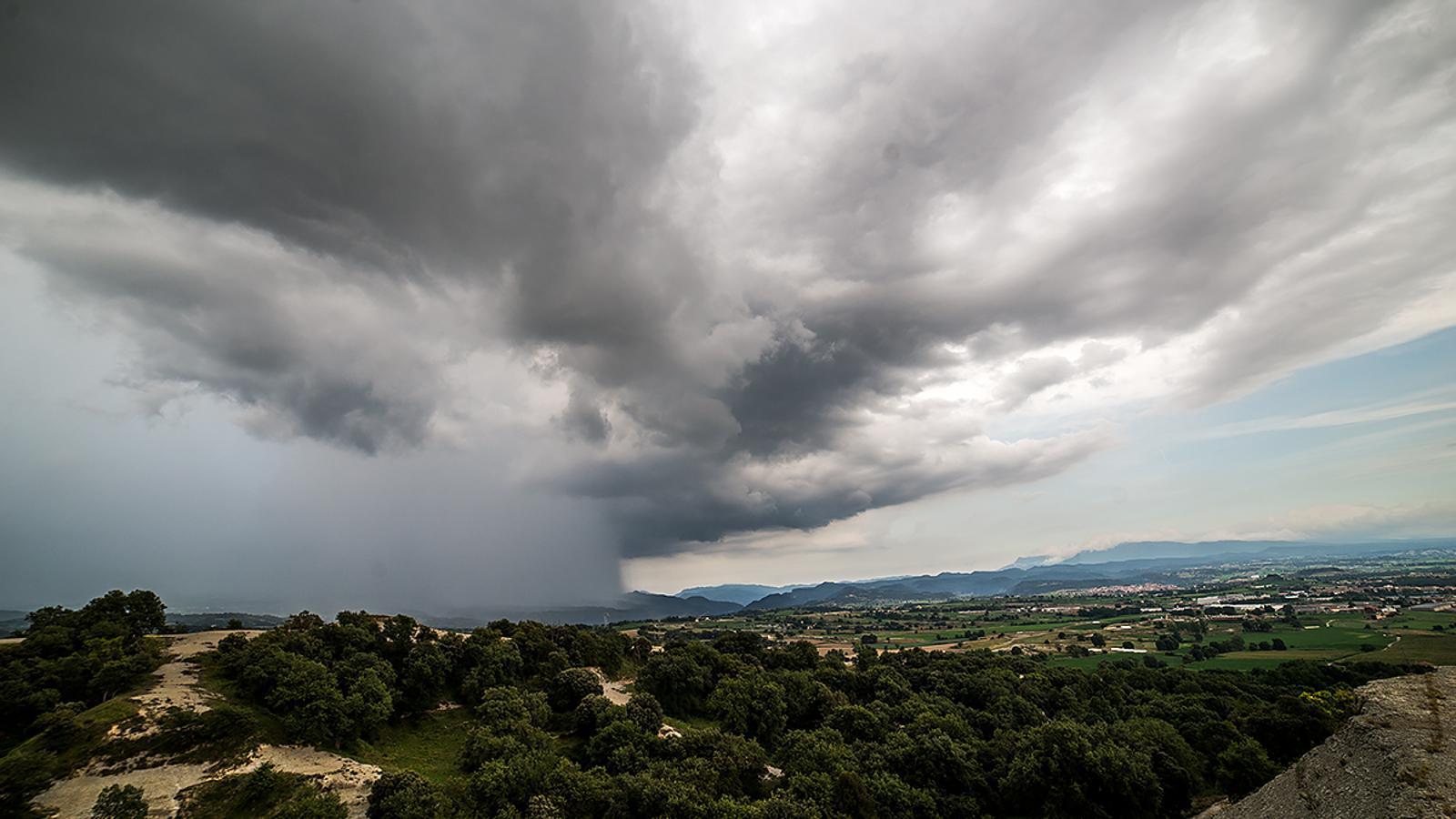 Tempesta d'ahir a la tarda a Osona, Manlleu / CARME MOLIST