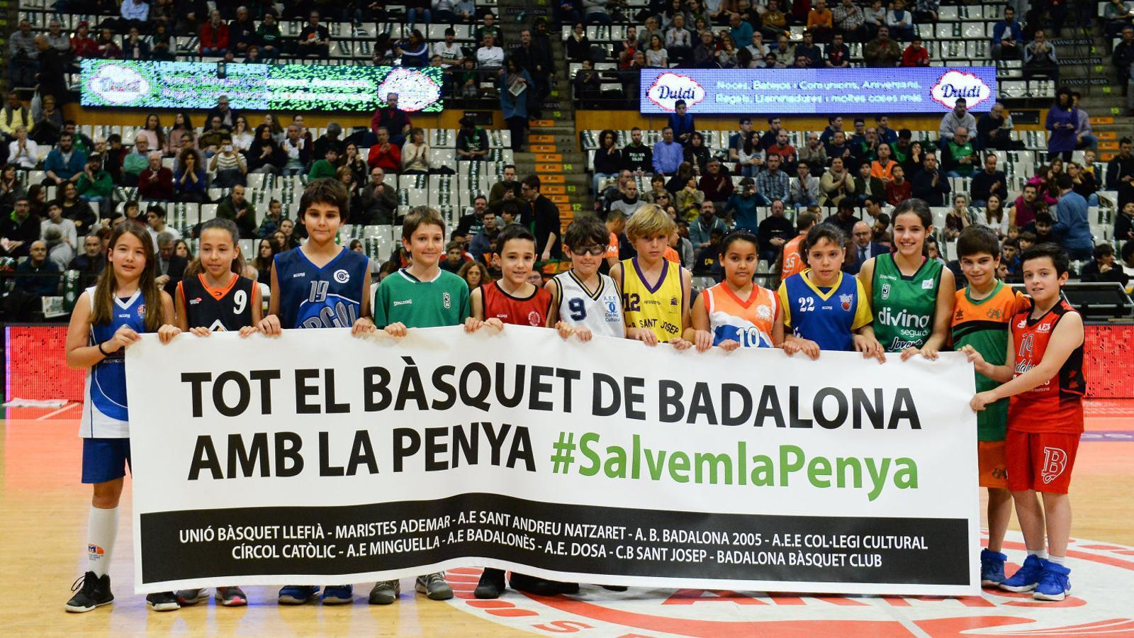 Representants de tots dels clubs de Badalona van donar suport a la Penya durant el partit contra el Baskonia.