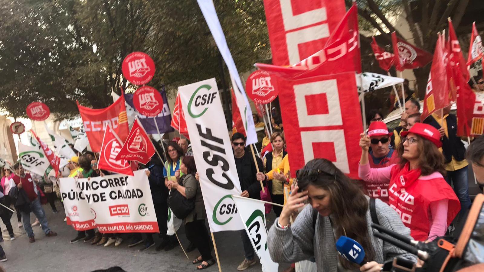 Un moment de la manifestació  dels treballadors de Correus.