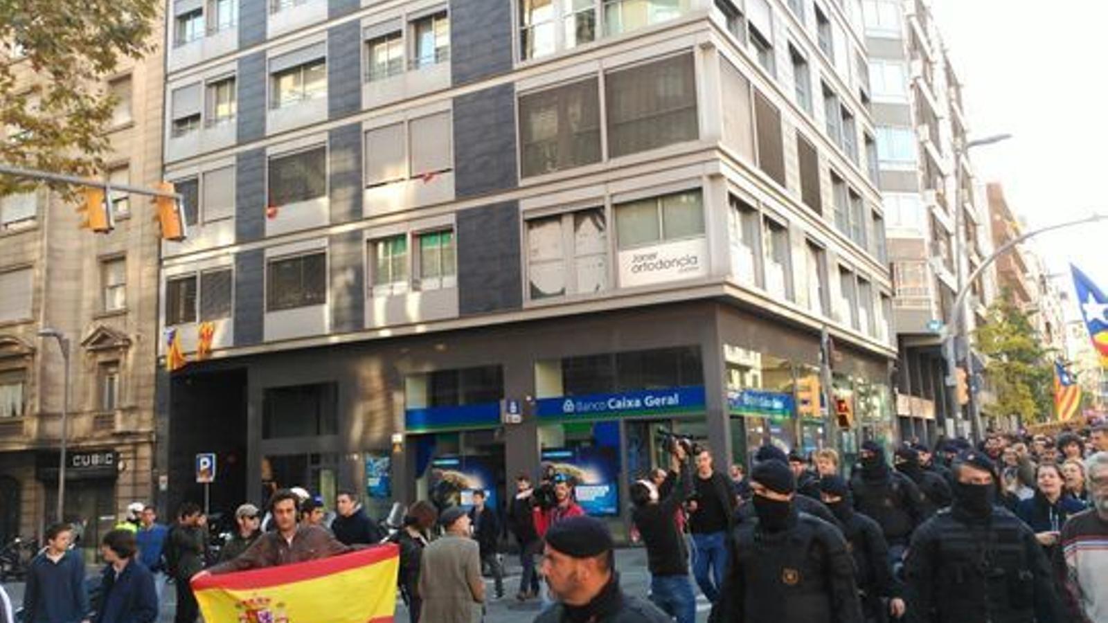 Tensió en la manifestació a Barcelona contra la impunitat de les agressions feixistes