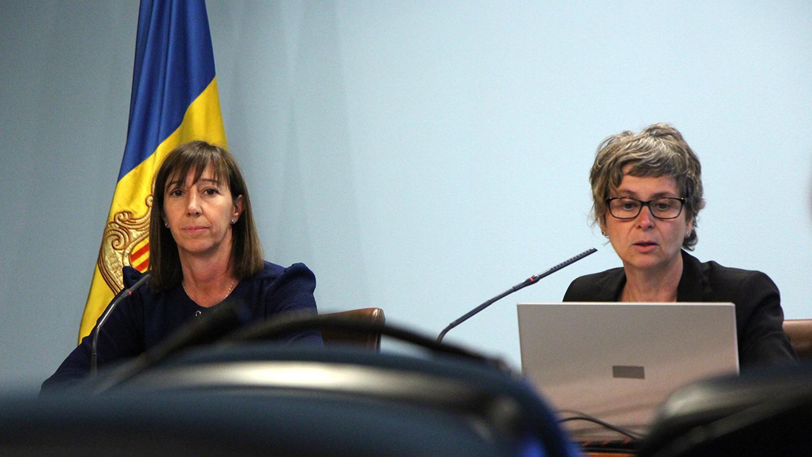 La ministra de la Funció Pública i Reforma de l'Administració, Eva Descarrega, i la cap d'àrea d'Arxius i Documents, Susanna Vela, durant la roda de premsa.