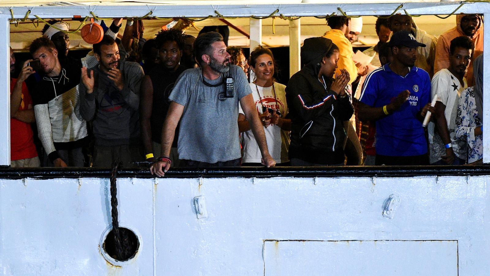 Migrants i activistes d'Open Arms, esperant desembarcar