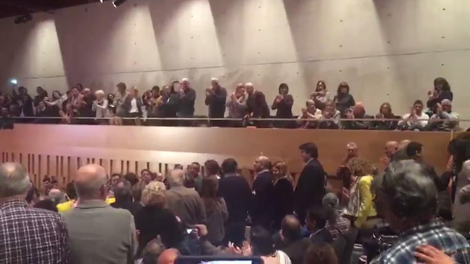 El públic rep amb aplaudiments el conseller Josep Rull a l'acte de JxCat a Girona d'aquest dimecres