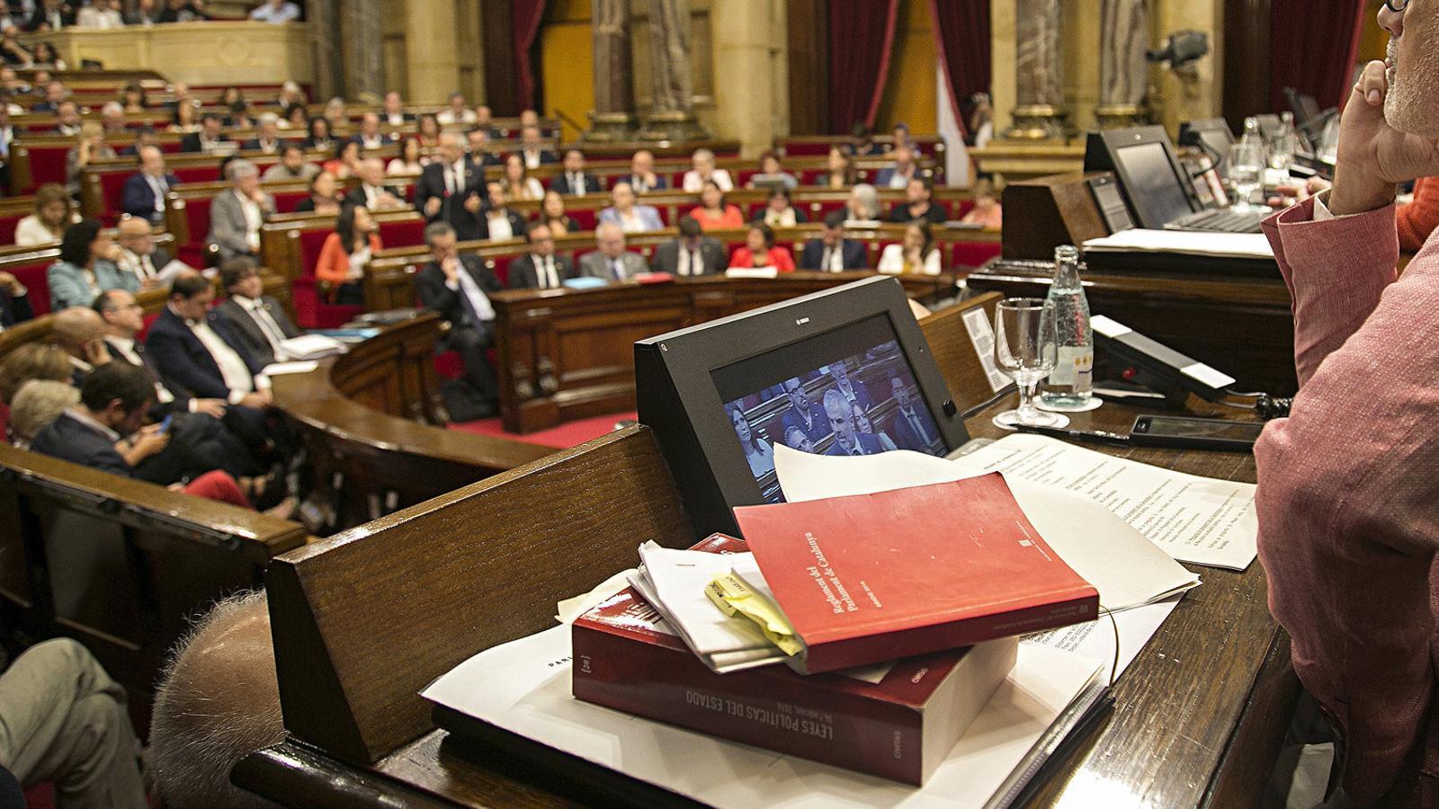 Imatge de l'hemicicle del Parlament des de la mesa durant el ple de la llei del referèndum.