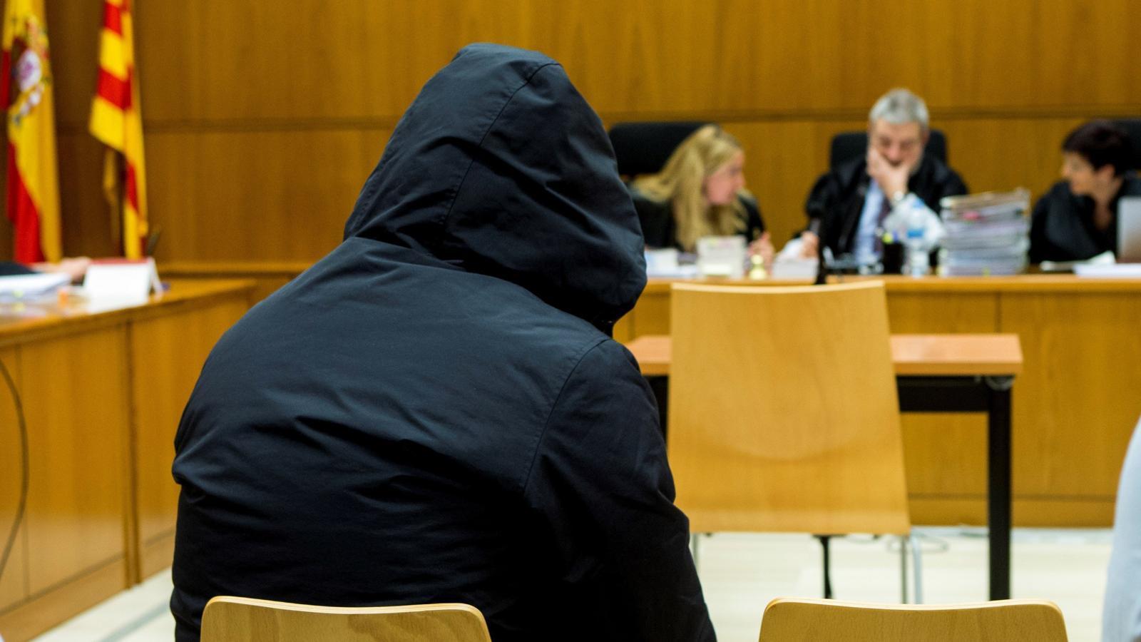 L'acusat, que s'ha tapat la cara amb una caputxa, a la secció 21 de l'Audiència de Barcelona