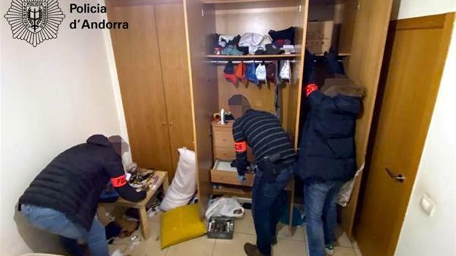 Els agents de policia dins del narcopís. / POLICIA D'ANDORRA