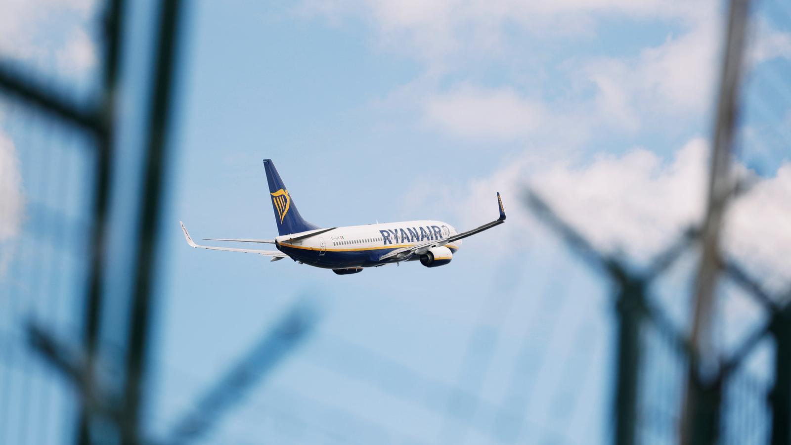 Imatge d'un avió de l'aerolínia de baix cost Ryanair.