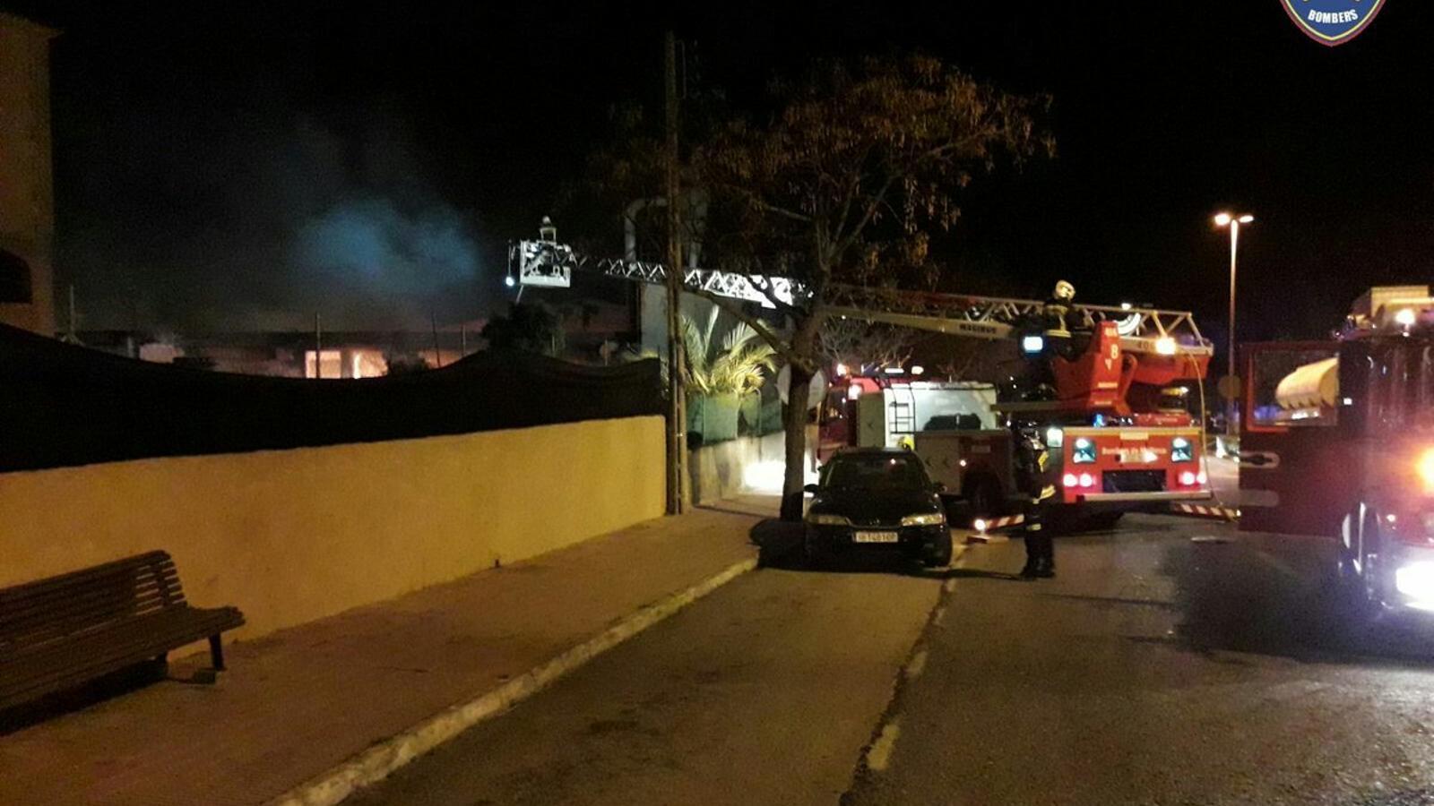Un incendi de grans dimensions destrueix una fusteria a Capdepera