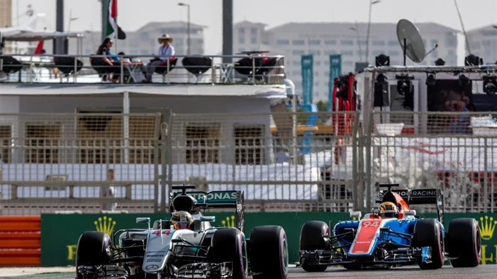 Lewis Hamiltom, amb Pascal Wehrlein al darrere a Abu Dhabi