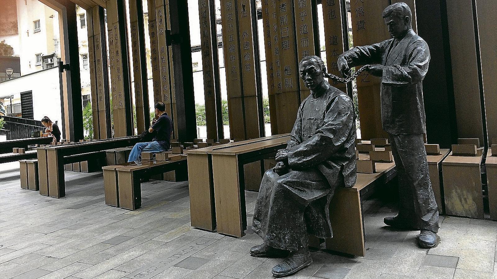 L'estàtua que recorda al parc Pak Tsz Lane aquell acte de rebel·lió que era tallar-se la cua.