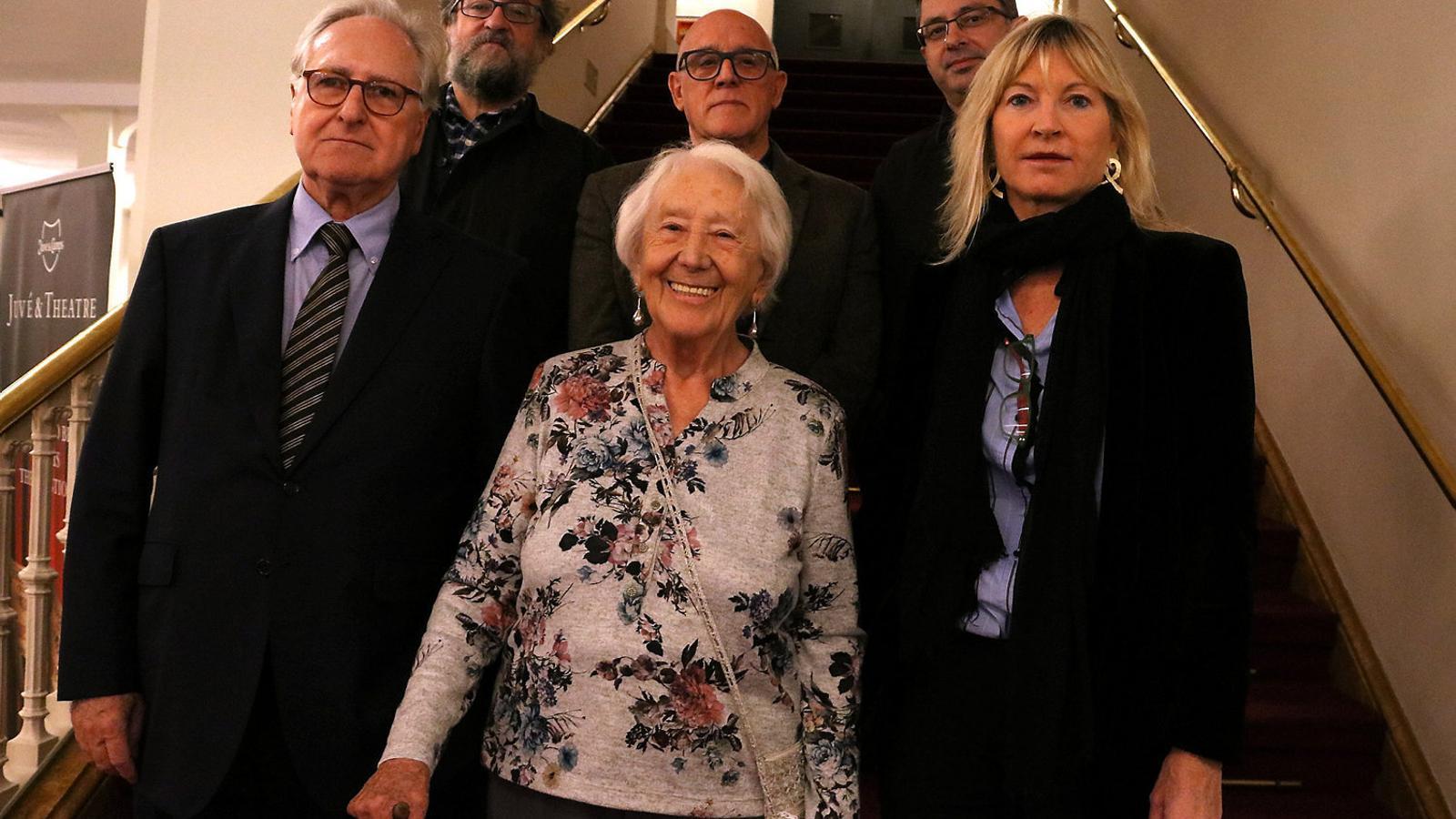 Teresa Cunillé (al centre) amb els propietaris del Teatre Romea i membres del jurat del premi Teresa Cunillé.