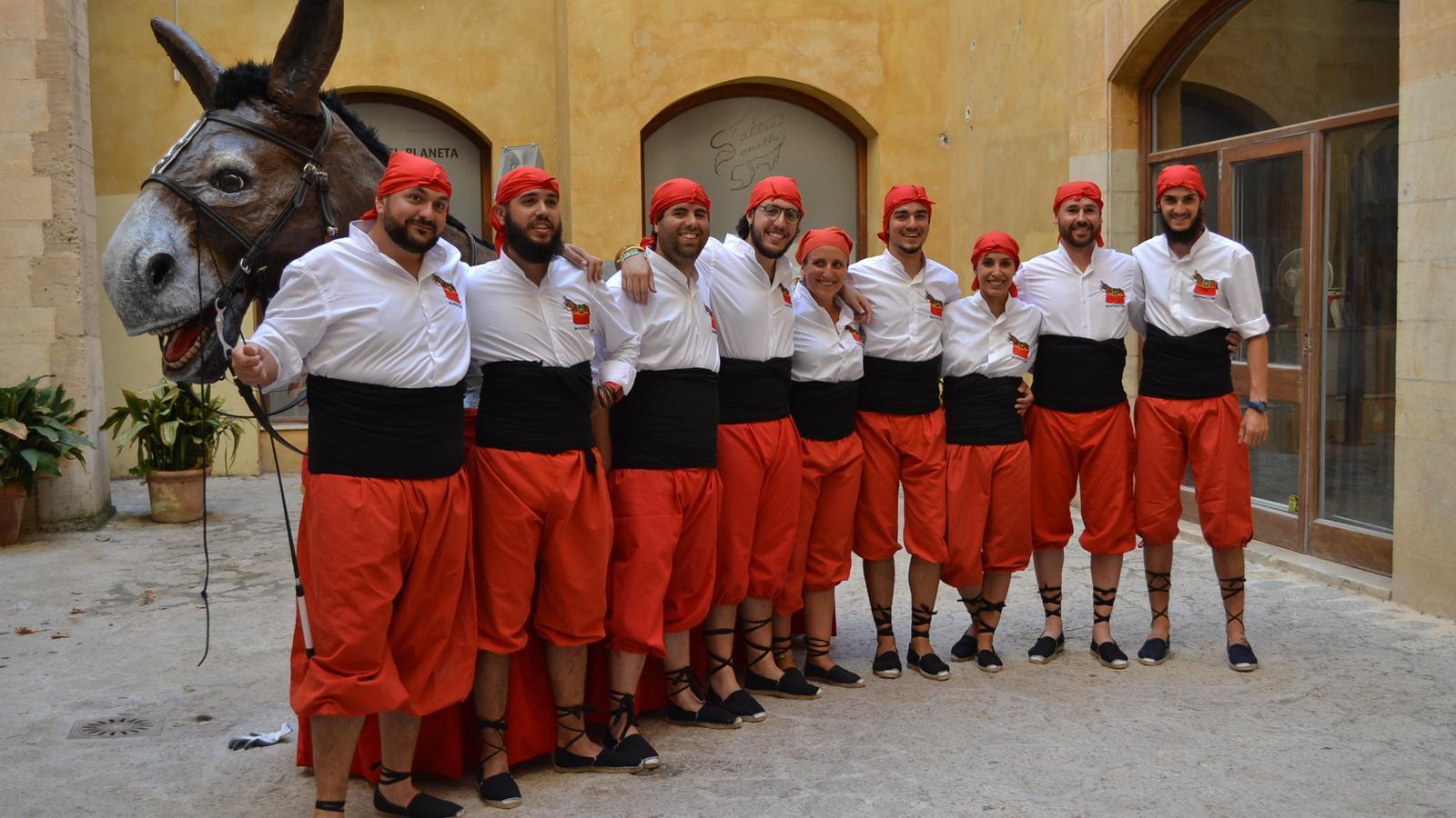 Els 'mulassers' de l'Obreri de Sant Jaume davant la bèstia, al pati d'El Palau.