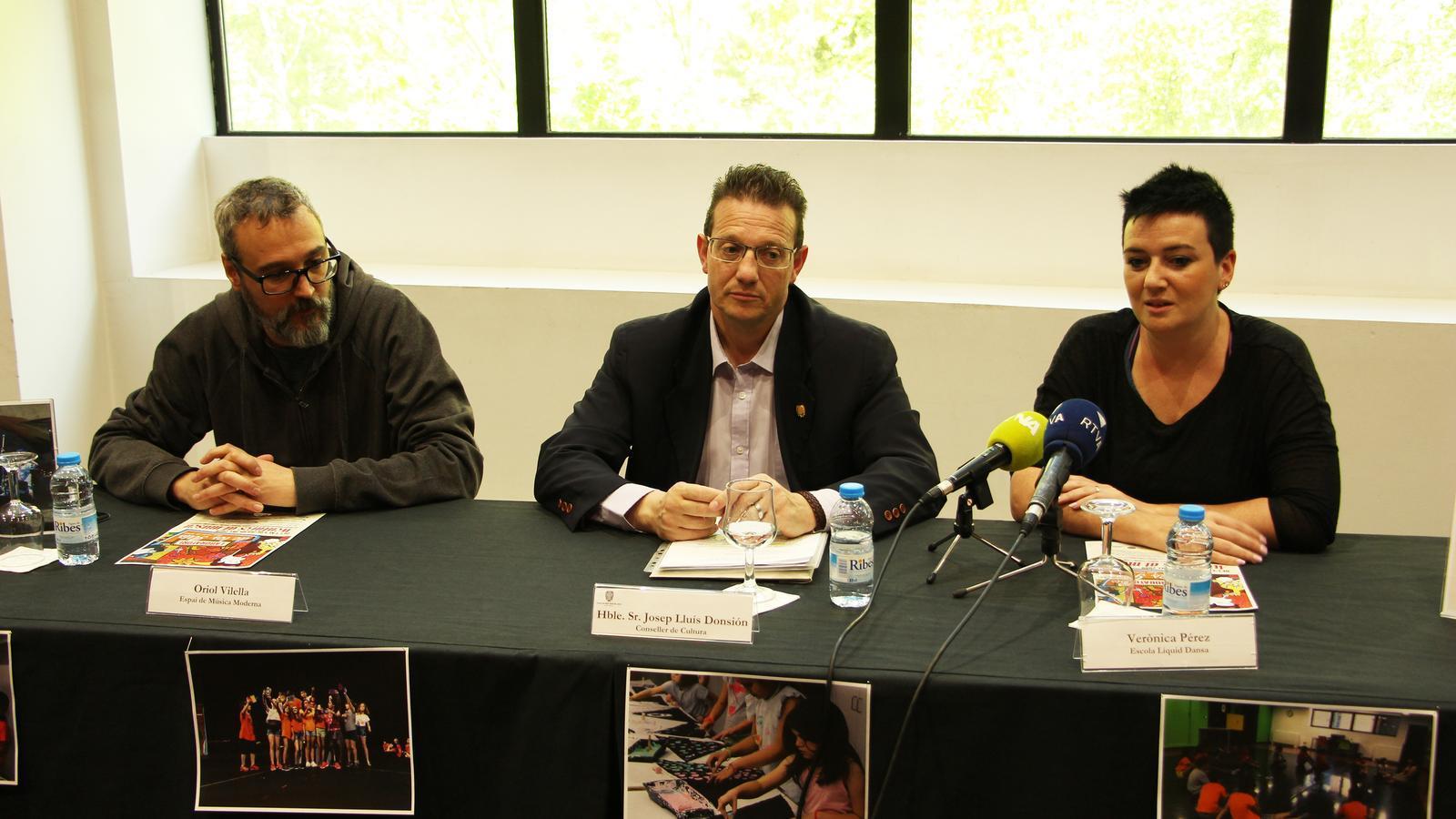 Oriol Vilella, de l'Espai Música Moderna; Josep Lluis Donsión, conseller de Cultura de Sant Julià de Lòria, i Verònica Pérez, representant de l'Escola Líquid Dansa, en la presentació del Laboratori de les arts. / M. R. F. (ANA)