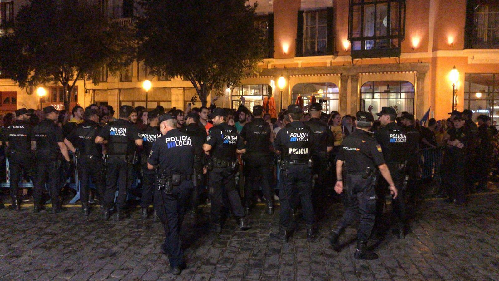 Moments de tensió entre els manifestants i la policia