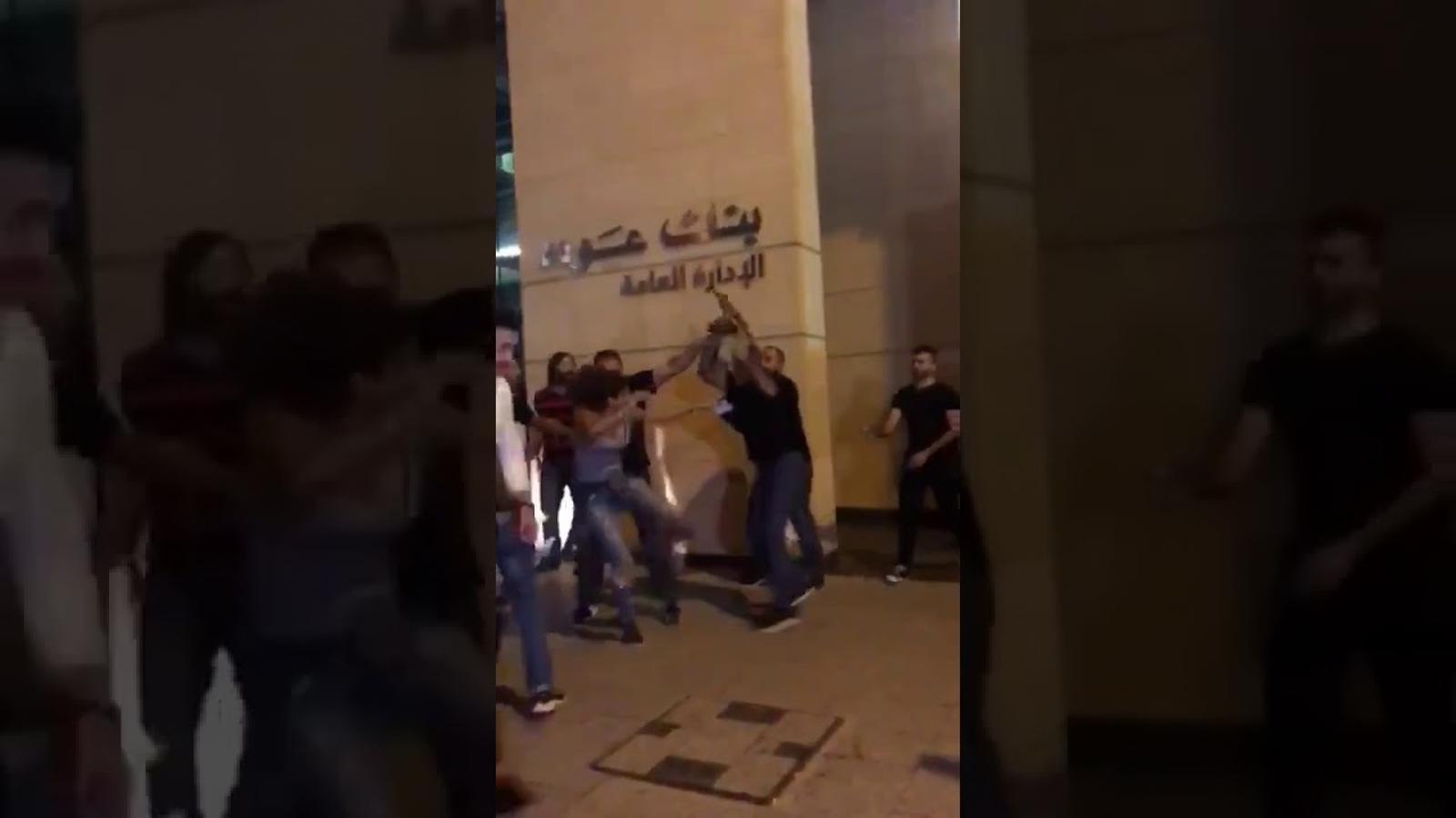 Una dona s'enfronta al guardaespatlles del ministre d'Educació libanès.