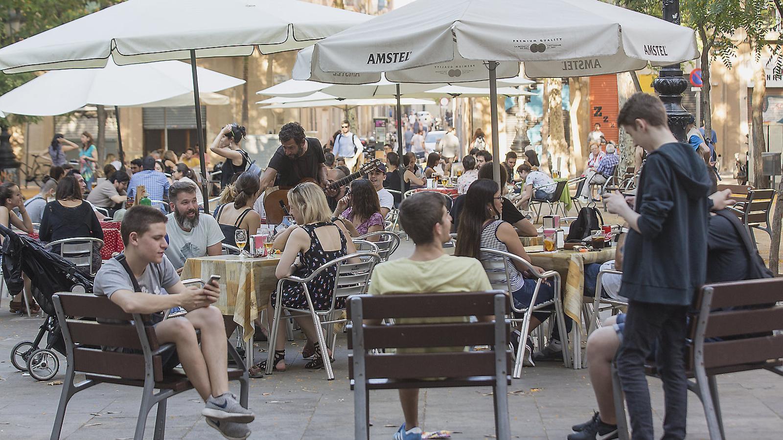 Terrasses a la plaça d'Osca, al barri de Sants, ahir a la tarda, on el govern de Barcelona vol limitar l'obertura de nous locals.
