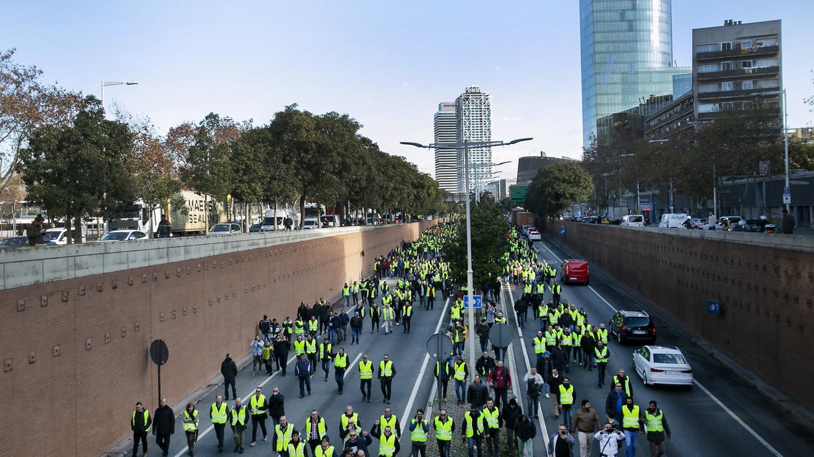 Els taxistes van tallar ahir la ronda litoral, l'avinguda del Paral·lel i la plaça Universitat.