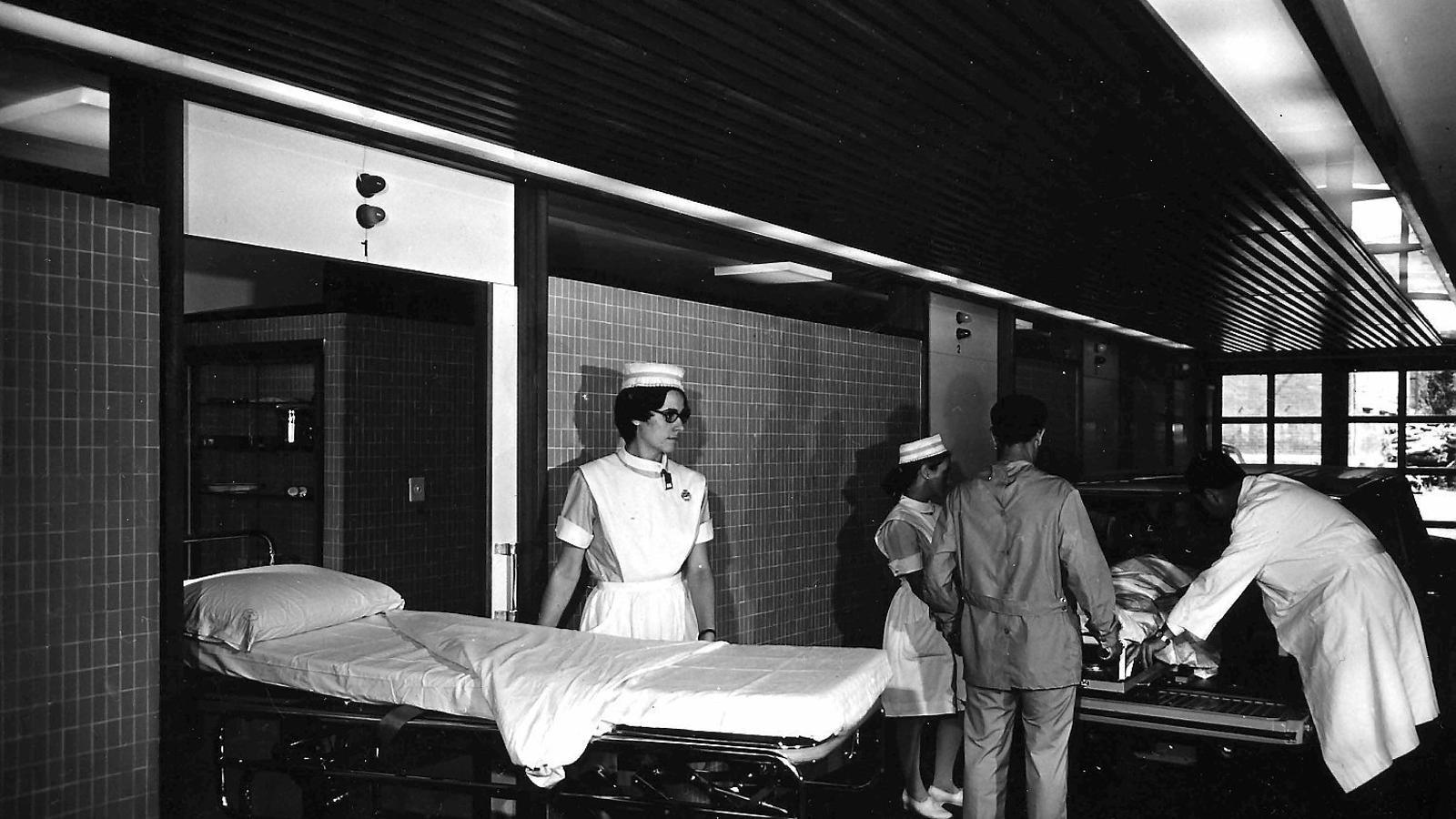 01. Un cop atès, el malalt esperava al passadís els resultats de les proves . 02. Les ambulàncies s'aturaven davant la porta de primers auxilis.